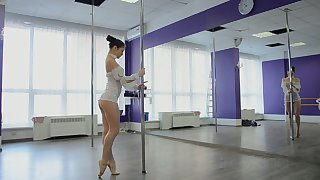 Horny pole dancer Irina Brovkina flashes her really sexy booty during practice