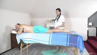 Knead leads the old man almost fuck the teen masseuse